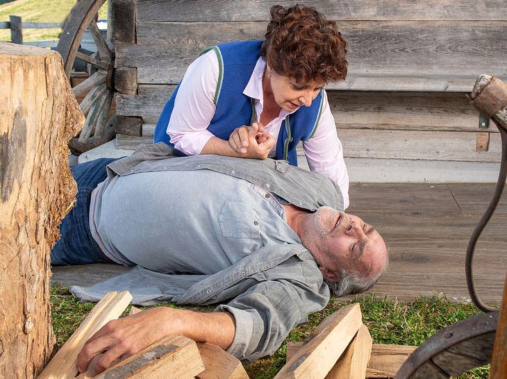 Lisbeth (Monika Baumgartner) findet Onkel Ludwig ( Christian Kohlund) bewusstlos auf.