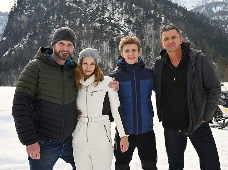 Simon Böer, Emilia Bernsdorf, Lennart Betzgen und Hans Sigl bei den Dreharbeiten zum Bergdoktor-Winterspecial.