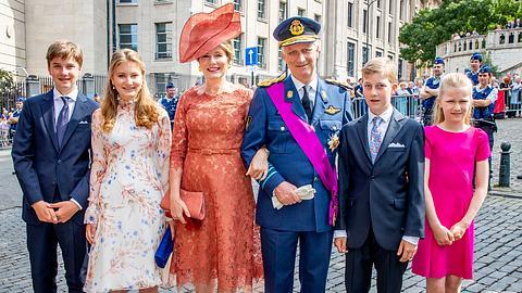 Am Nationalfeiertag war Mathilde von Belgien an der Seite ihres Mannes und ihrer vier Kinder zu sehen. - Foto: GettyImages/Patrick van Katwijk
