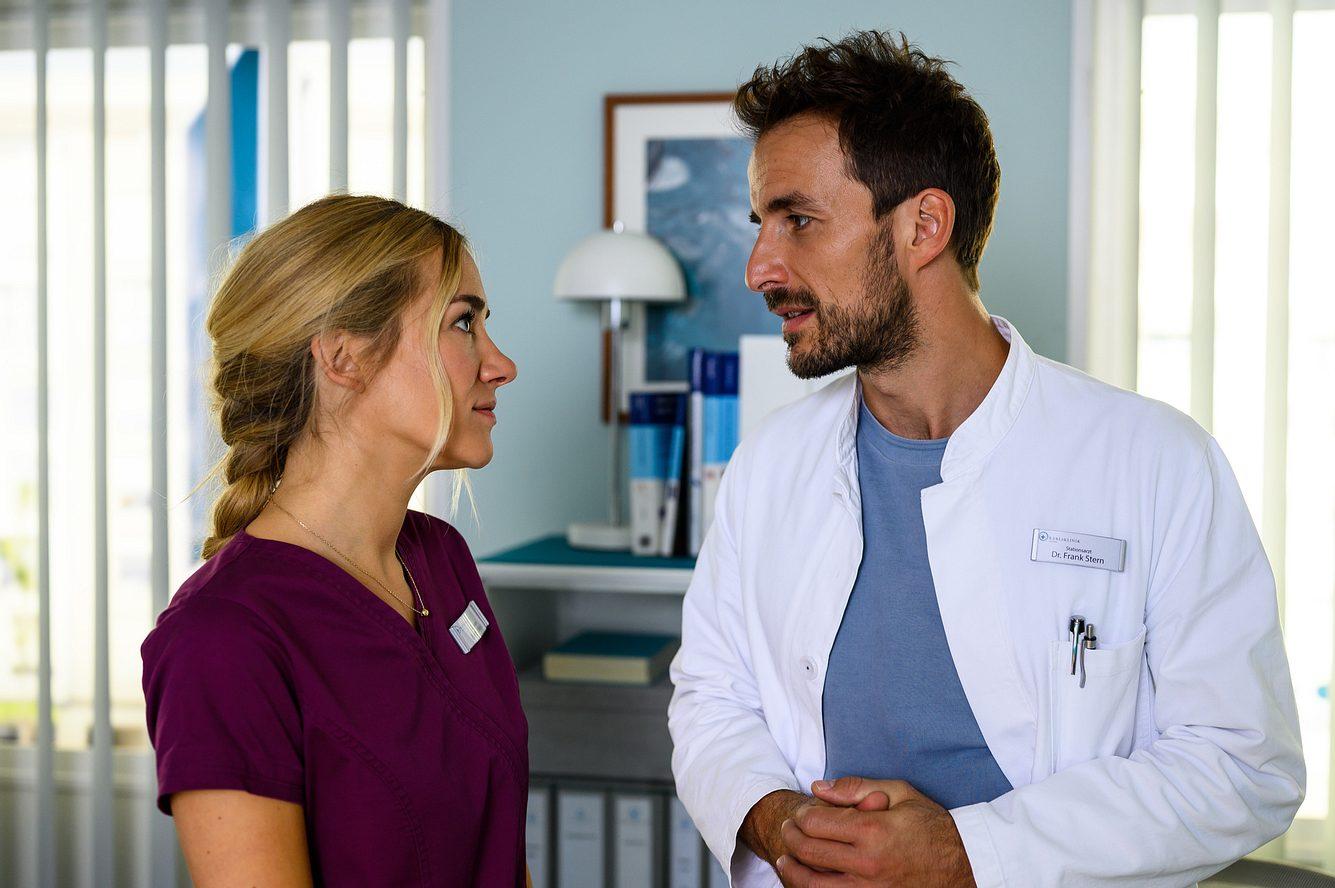 Betty Weiss (Annina Hellenthal) und Dr. Frank Stern (Max Alberti) in einer Szene von 'Bettys Diagnose'.