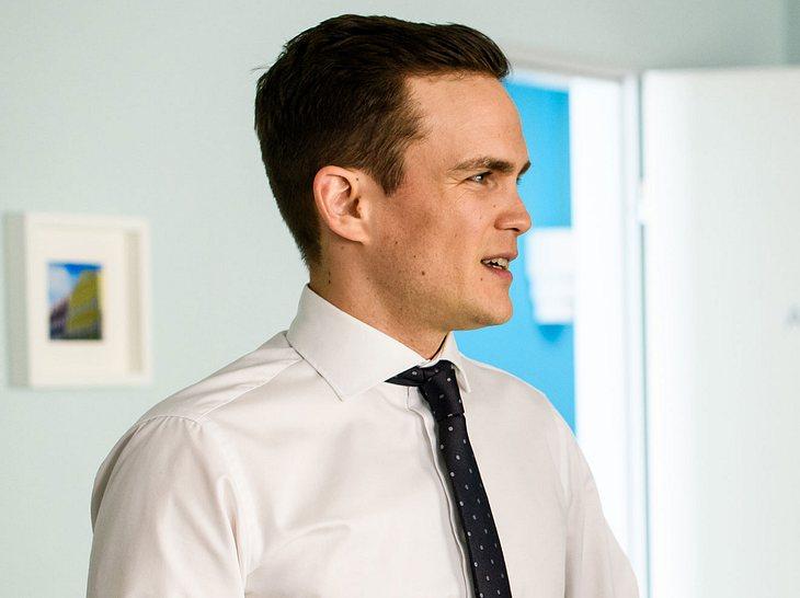 Dr. Tobias Lewandowski (Eric Klotzsch) leidet sehr unter dem Tod seiner Frau Talula.
