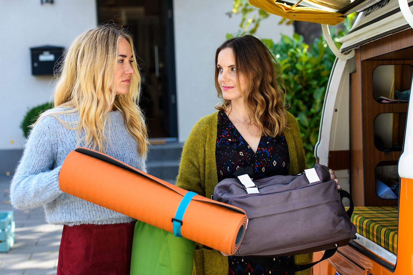 Betty Weiss (Annina Hellenthal) hilft ihrer Freundin Hanna Winter (Marie Zielcke) in 'Bettys Diagnose' beim Packen.
