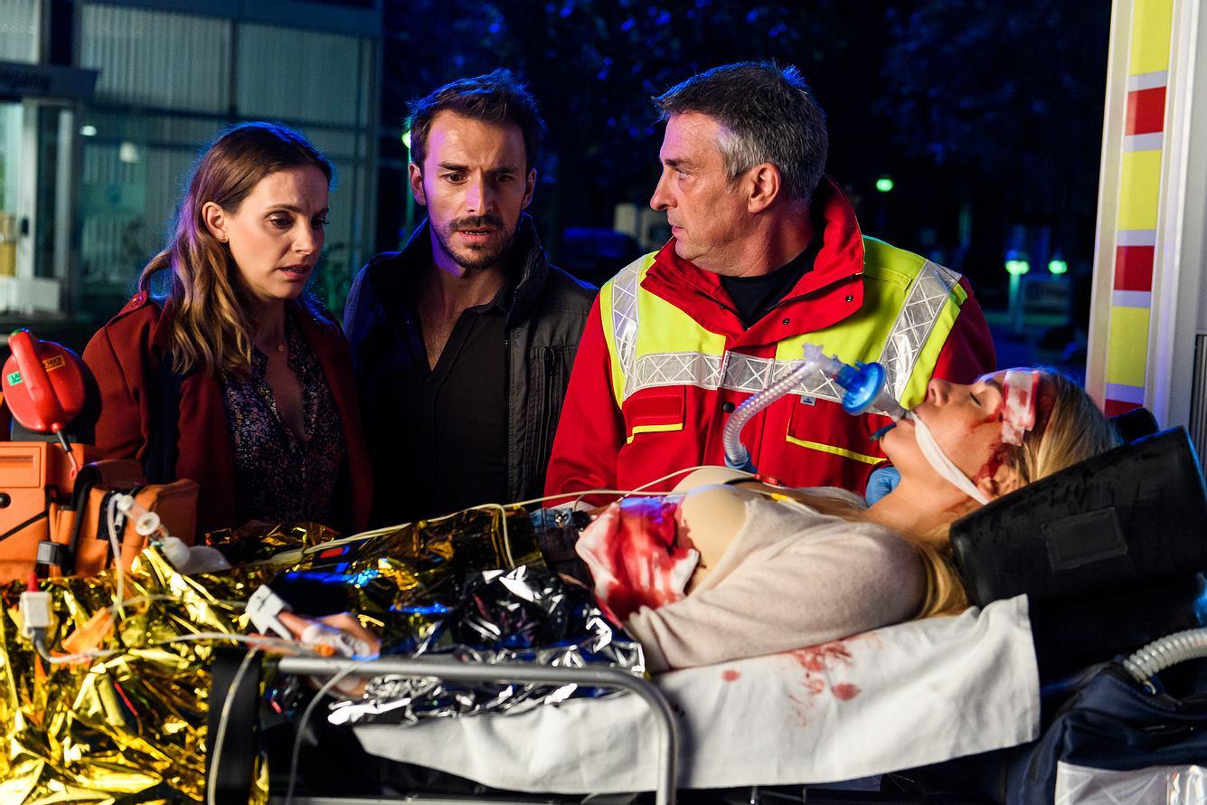 Schwester Betty muss mit einem Krankentransport in die Klinik gebracht werden, Hanna und Dr. Stern begleiten sie.