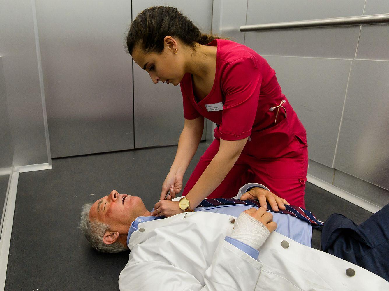 Schwester Ava (Rona Özkan) kämpft bei 'Bettys Diagnose' im steckengebliebenen Fahrstuhl um das Leben von Prof. Dr. Alexander von Arnstett (Florian Fitz).