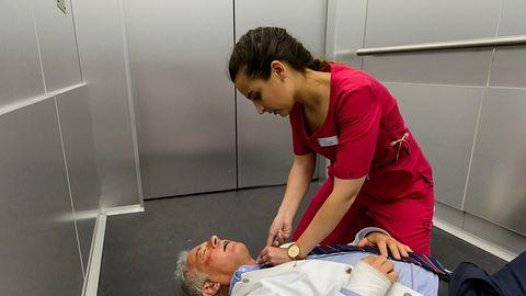 Schwester Ava (Rona Özkan) kämpft bei Bettys Diagnose im steckengebliebenen Fahrstuhl um das Leben von Prof. Dr. Alexander von Arnstett (Florian Fitz). - Foto:  ZDF / Willi Weber