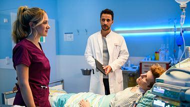 Schwester Betty Weiss (Annina Hellenthal) steht mit Dr. Frank Stern (Max Alberti) am Krankenbett von Ole Werner (Lennart Betzgen). - Foto:  ZDF / Willi Weber