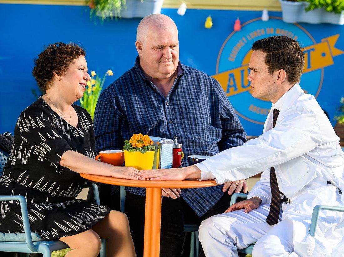 Talulas Eltern Petra Pfeifer (Franziska Traub) und Ludwig Pfeifer (Markus Maria Profitlich) setzten Dr. Tobias Lewandowski (Eric Klotzsch) massiv unter Druck.