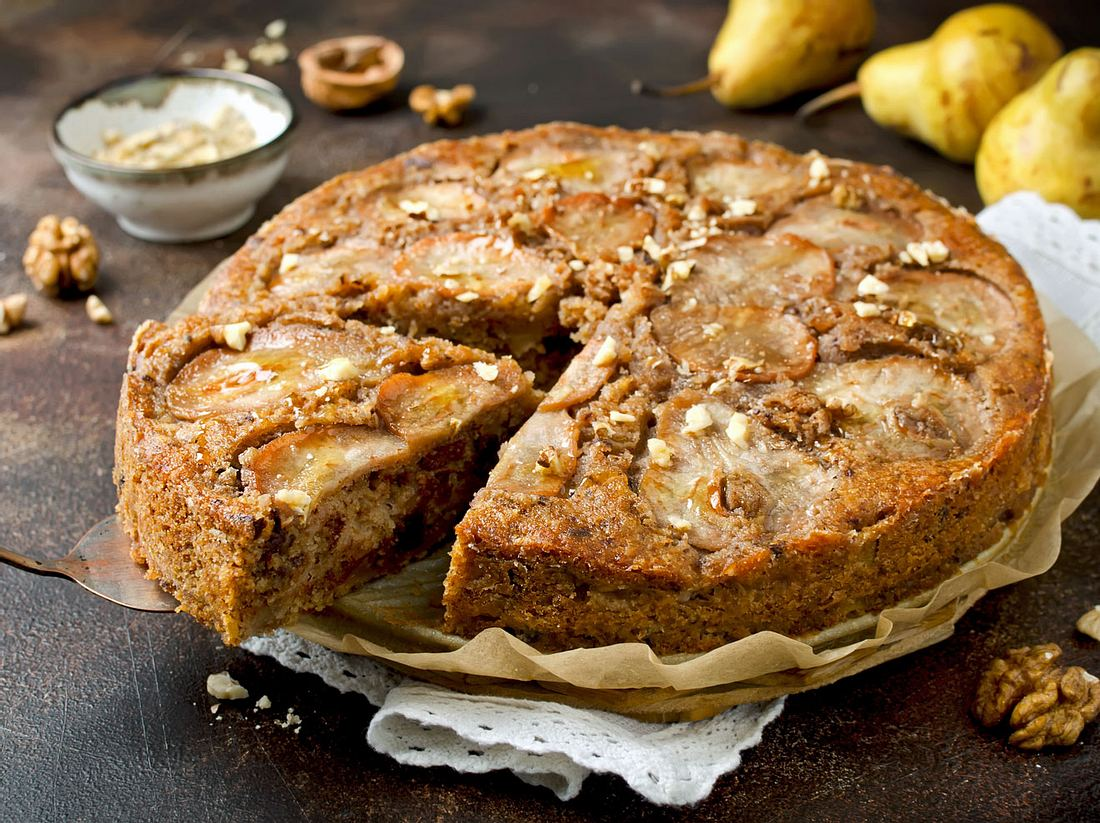 Birnenkuchen mit Walnüssen.