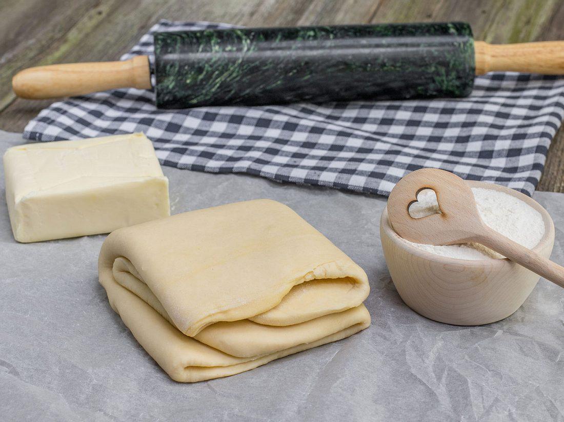 Zutaten für Blätterteig: Mehl, Butter, Nudelholz und Grundteig