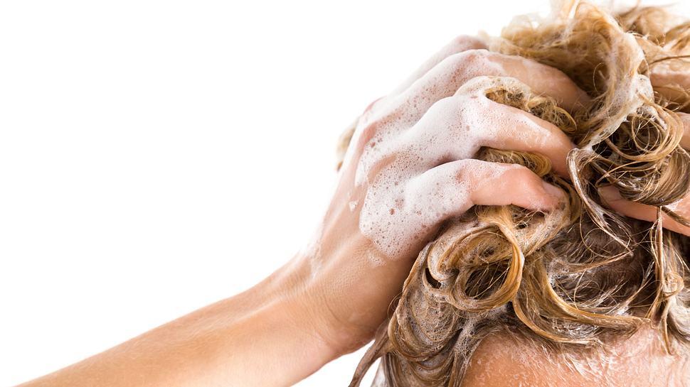 Blond Shampoo für natürliches Blond - Foto: iStock/FotoDuets