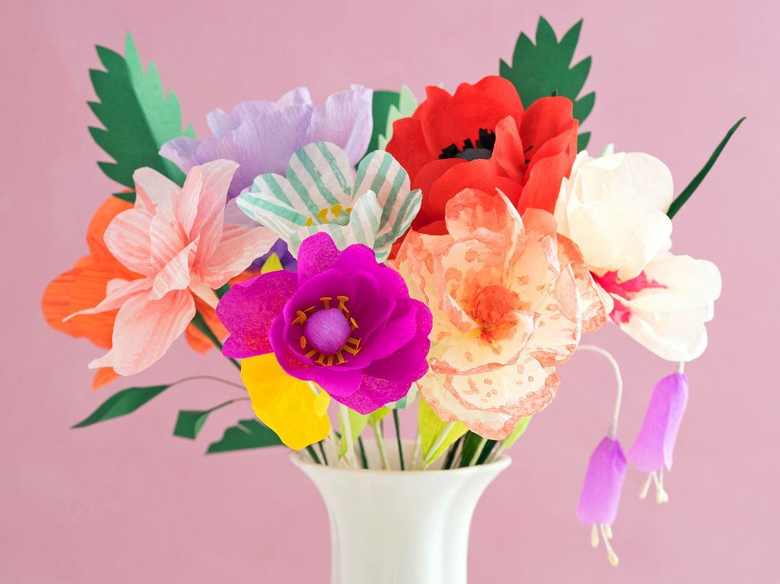 So einfach basteln Sie Blumen aus Krepppapier.