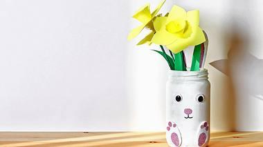 Aus Papier können Sie schöne Blumen basteln - zum Beispiel Narzissen. - Foto: Detry26 / iStock