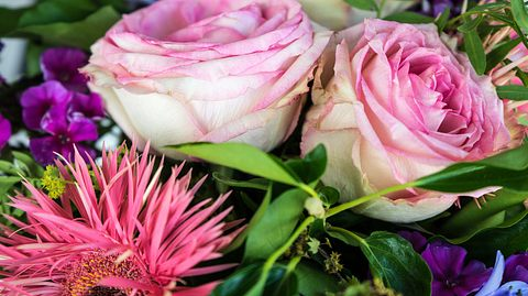 Verstorbener Vater schickt Tochter jahrelang Blumen - Foto: DESIGNOSAURUS/iStock