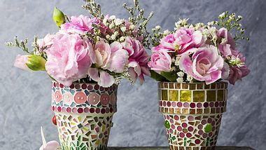 Ein Blumentopf lässt sich hübsch dekorieren. - Foto: FeelPic / iStock