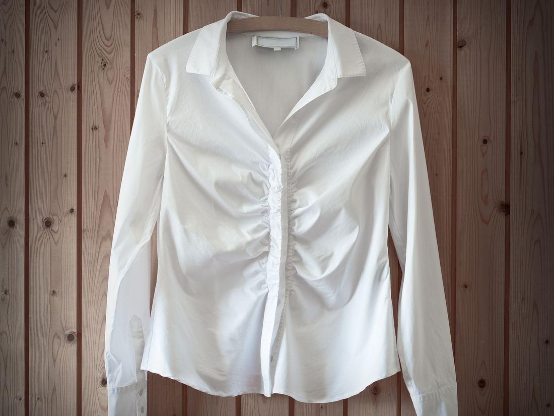 Die richtige Bluse kann einen kleine Bauch verschwinden lassen.