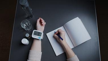 Mit einem Blutdruckmessgerägt fürs Handgelenk Werte messen. - Foto: iStock/ invizbk