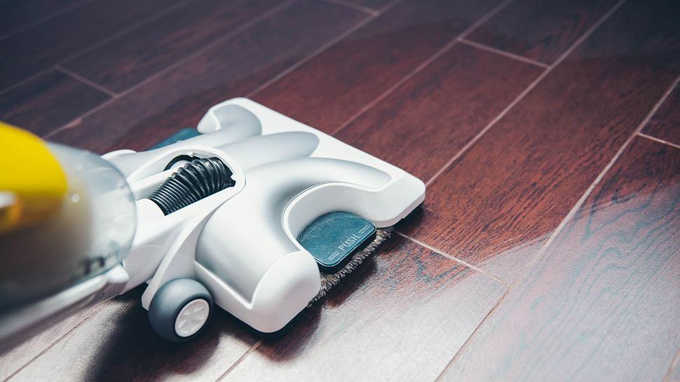 Elektrischer Bodenwischer reinigt Boden - Foto: iStock/Aleksandra Nigmatulina