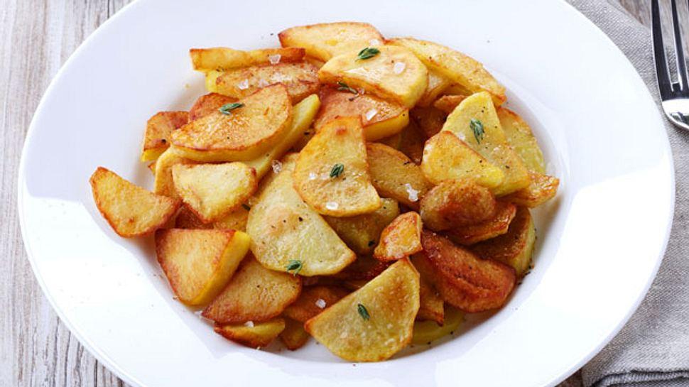 Wenn Bratkartoffeln schön knusprig sind, schmecken sie besonders gut. - Foto: mikafotostok / iStock