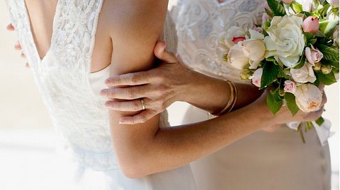Brautmutterkleid in Pastelltönen - Foto: Tom Merton / iStock