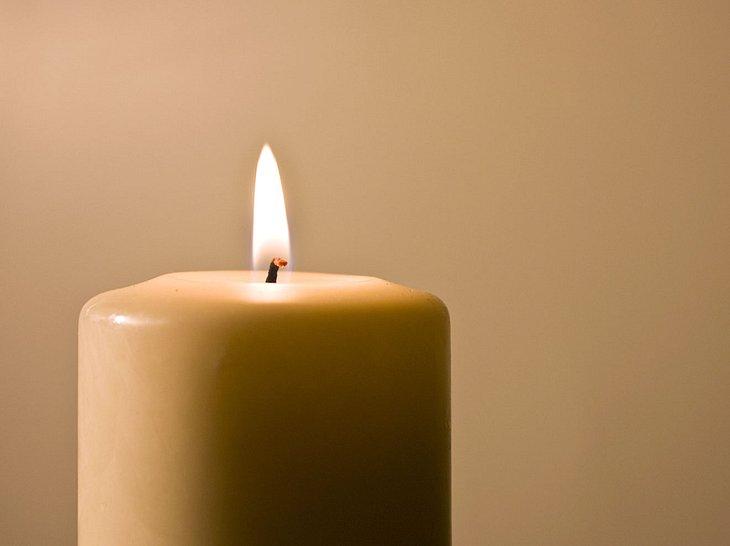 brennende kerze so verl ngern sie ihre lebensdauer. Black Bedroom Furniture Sets. Home Design Ideas