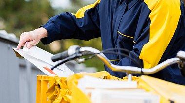 Neues Projekt: Briefträger kümmern sich um Senioren - Foto: Kzenon / iStock