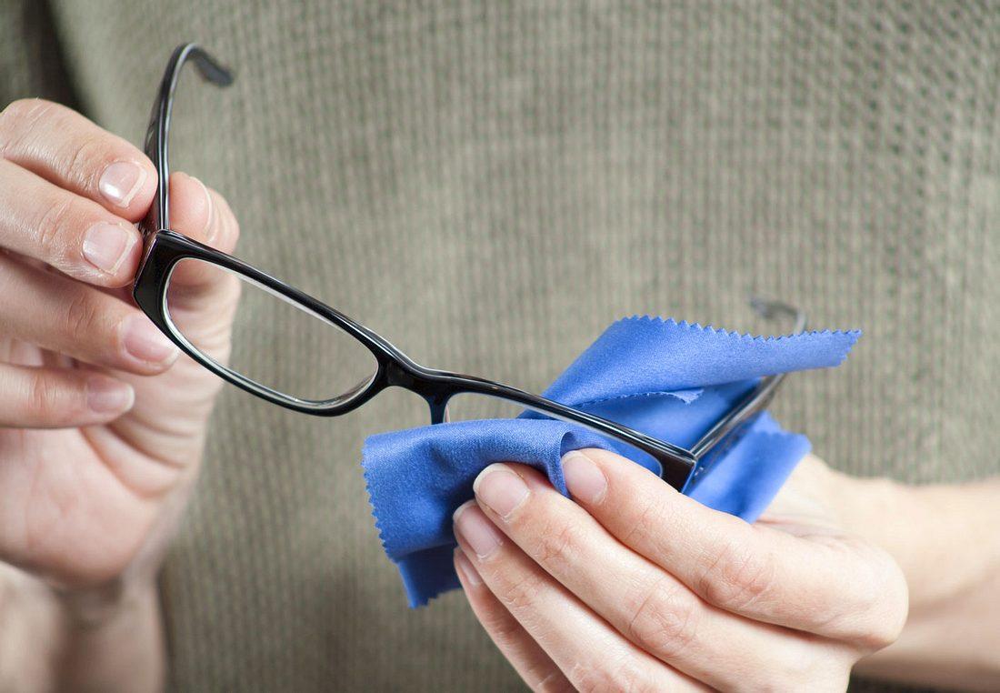 Wir zeigen, wie Sie Ihre Brille besonders einfach und kostengünstig putzen können.