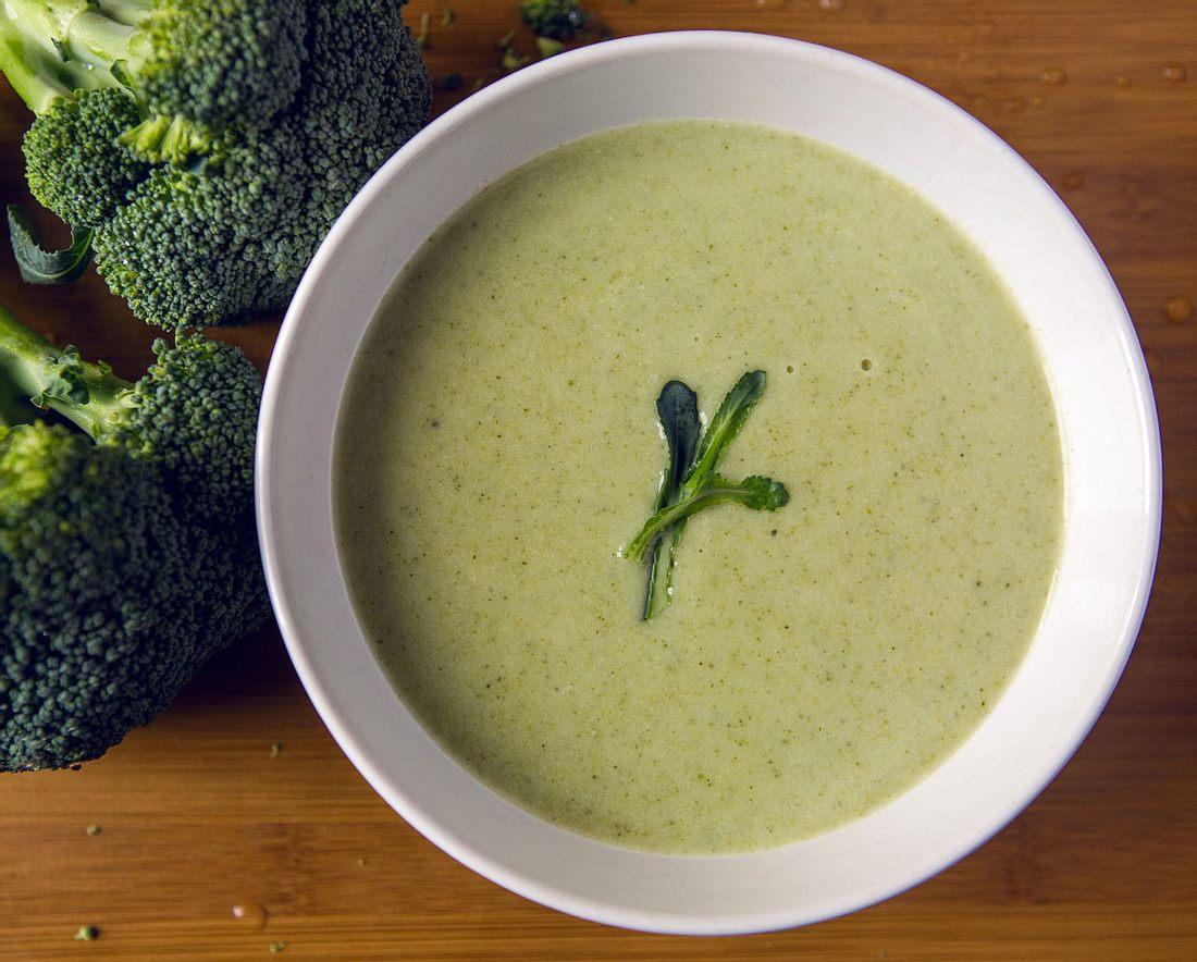 Sommerlicher Genuss, Brokkolisuppe schmeckt leicht und lecker.