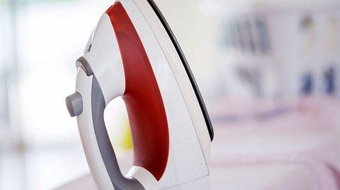 Ihr Bügeleisen sollten Sie regelmäßig reinigen. - Foto: andresr / iStock