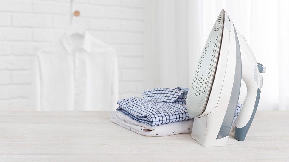 Kabelloses Bügeleisen auf Bügelbrett - Foto: iStock/didecs
