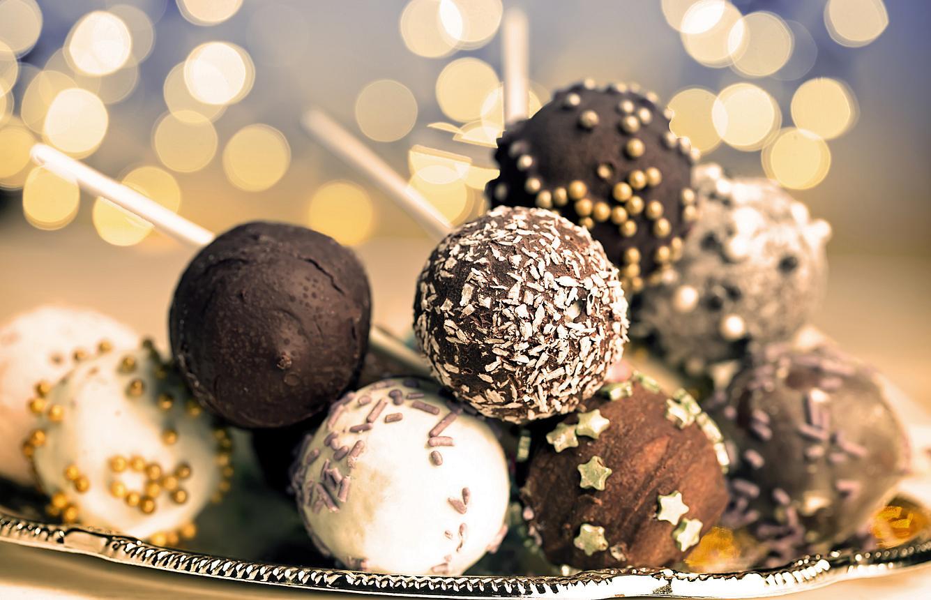 An Silvester können Sie mit süßen Snacks wie Cake-Pops (Kuchen am Stiel) auftrumpfen.