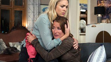 Carla erzählt Britta von ihrer schockierenden Diagnose.  - Foto: ARD / Nicole Manthey