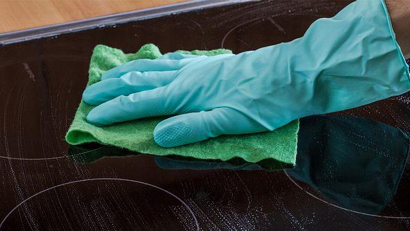 So reinigen und pflegen Sie Ihr Ceranfeld mit Hausmitteln. - Foto: to_csa / iStock