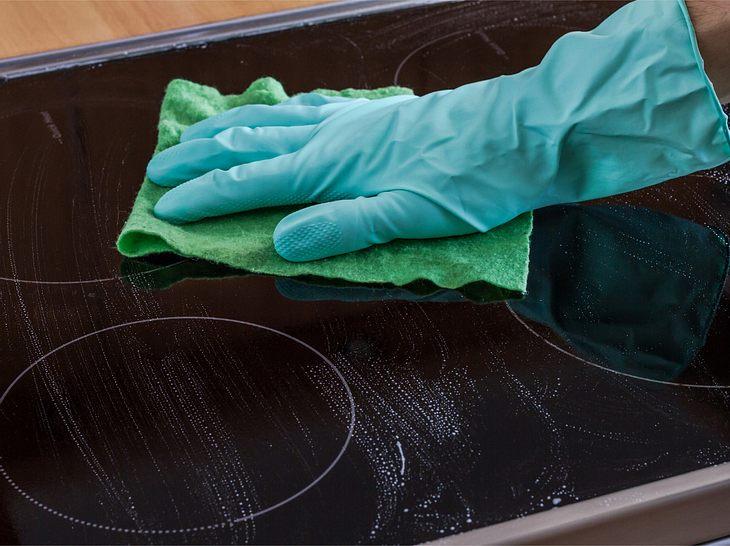 Ceranfeld reinigen und pflegen mit Hausmitteln