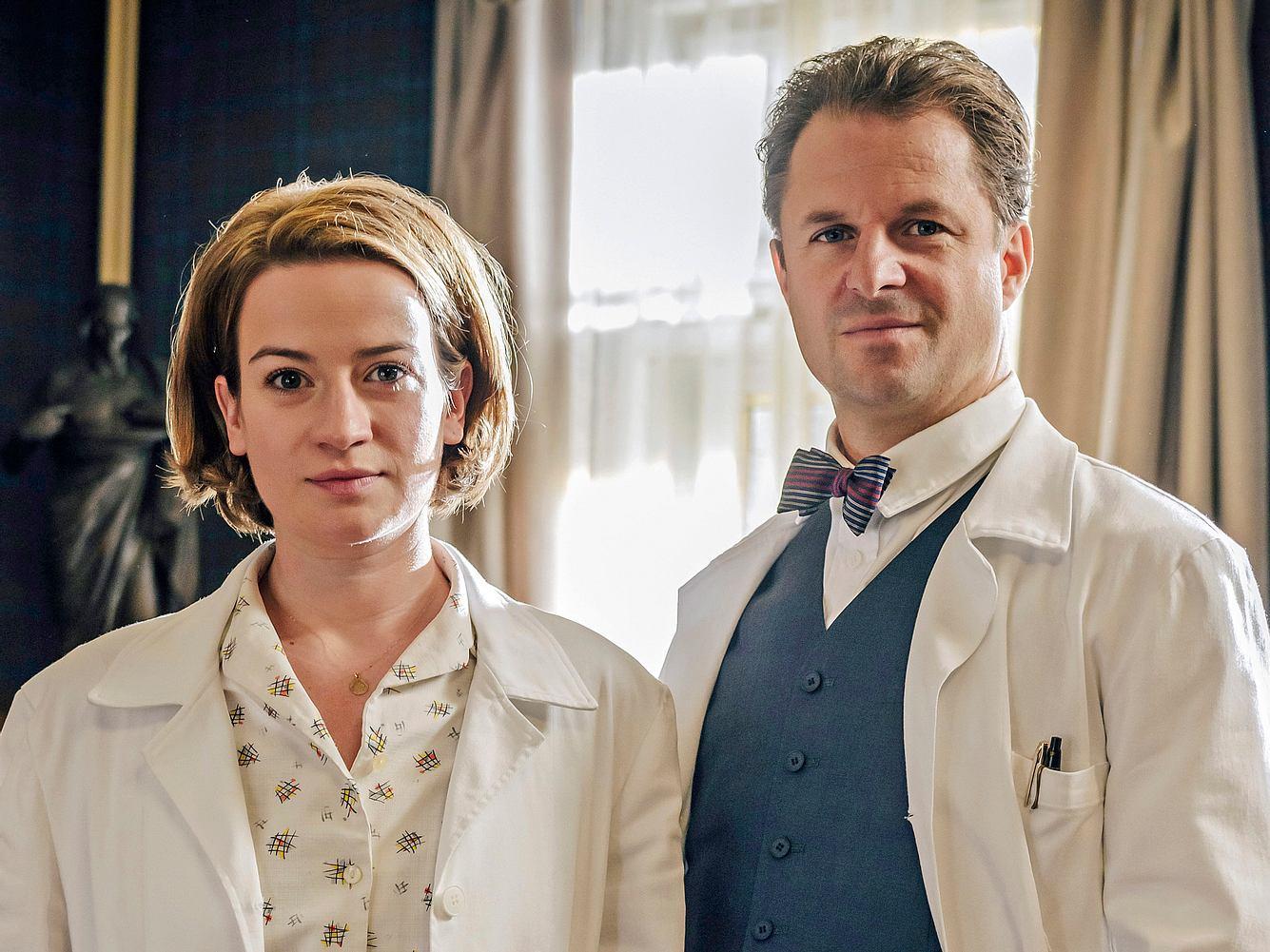 In Staffel 3 von 'Charité' geht es unter anderem um Dr. Ella Wendt (Nina Gummich, l.) und Prof. Dr. Otto Prokop (Philipp Hochmair, r.).