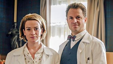 In Staffel 3 von Charité geht es unter anderem um Dr. Ella Wendt (Nina Gummich, l.) und Prof. Dr. Otto Prokop (Philipp Hochmair, r.). - Foto: ARD/Stanislav Honzik