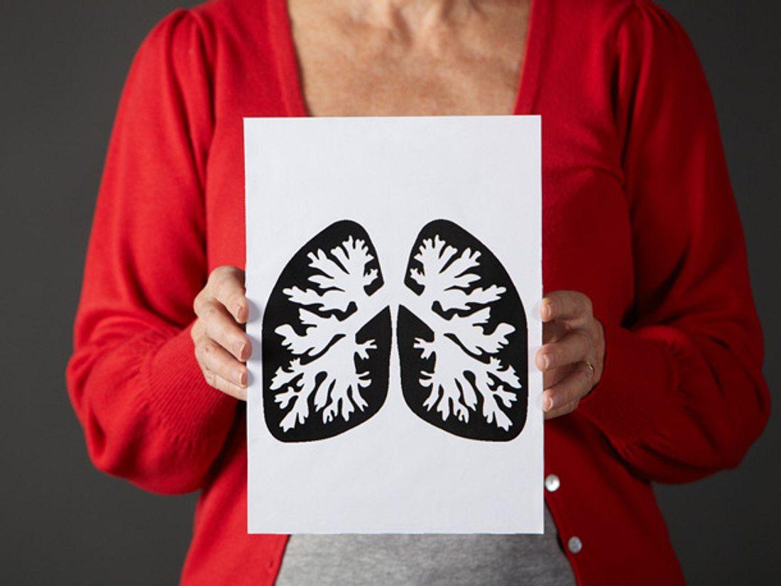 Beim chronischen Husten ist die Lunge ist chronisch erkrankt, weil die Atemwege entzündet und dauerhaft verengt sind – das Organ altert schneller.