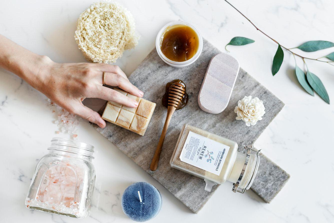 Verschiedene nachhaltige Clean Beauty-Produkte vor hellgrauem Hintergrund
