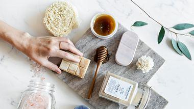 Verschiedene nachhaltige Clean Beauty-Produkte vor hellgrauem Hintergrund - Foto: iStock/Rawpixel