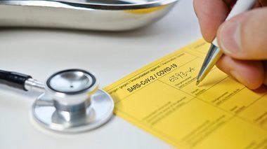 Ein Corona-Impfpass. - Foto: iStock / Leonsbox