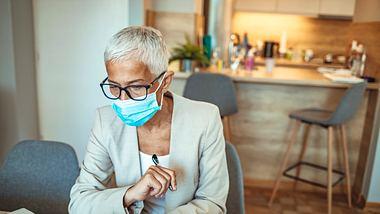 Folgt nun die Maskenpflicht am Arbeitsplatz? - Foto: dragana991 / iStock