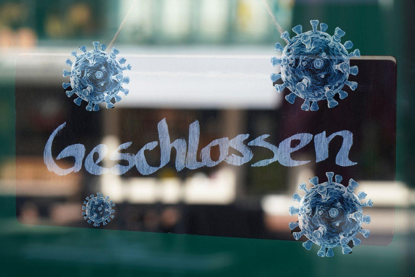 Ein Geschlossen-Schild im Schaufenster eines Geschäfts.