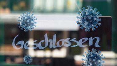 Ein Geschlossen-Schild im Schaufenster eines Geschäfts. - Foto: Axel Bueckert / BlackJack3D / iStock