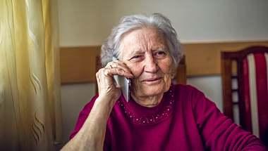 In Zeiten des Coronavirus sind Senioren besonders einsam. Telefonpaten könnten das ändern. - Foto: Jakovo / iStock