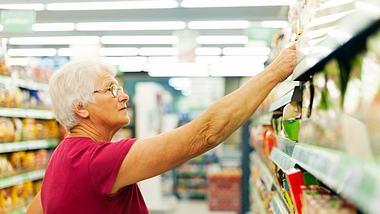In Zeiten des Coronavirus sind Hamsterkäufe ein Problem. So wird Senioren jetzt beim Einkaufen geholfen (Symbolfoto). - Foto: gpointstudio / iStock