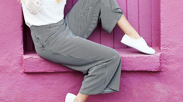 Culotte kombinieren: Model mit Culotte-Hose - Foto: iStock/SanneBerg