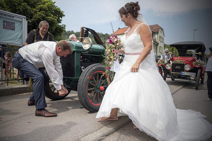 Nach der Trauung fährt das Paar mit dem Traktor.