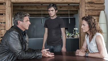 Martin Gruber im Gespräch mit Rike Jäger und ihrem Sohn - Foto: Stefanie Leo/ZDF