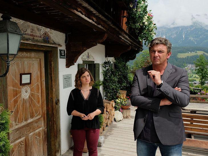 Bergdoktor Martin Gruber (Hans Sigl) mit seiner Tochter  Lilli (Ronja Forcher).