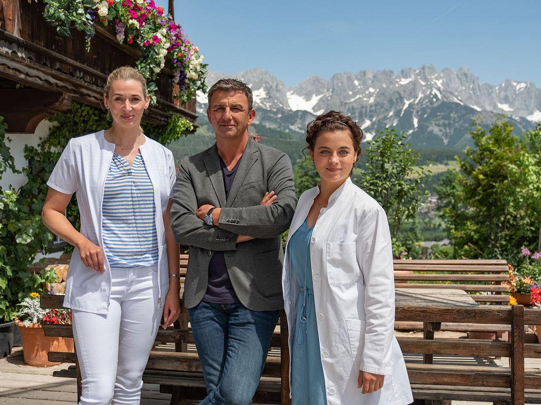 Die Bergdoktor-Dreharbeiten für die 13. Staffel mit Andrea Gerhard als Linn Kemper, Hans Sigl als Dr. Martin Gruber, Ronja Forcher als Lilli Gruber haben bereits begonnen.
