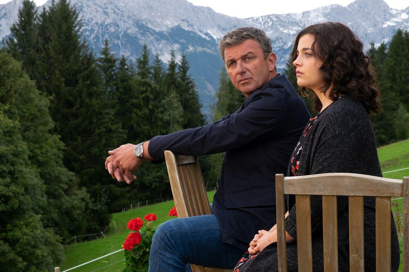 Hans Sigl als Dr. Martin Gruber und Ronja Forcher als Lilli Gruber in 'Der Bergdoktor'.